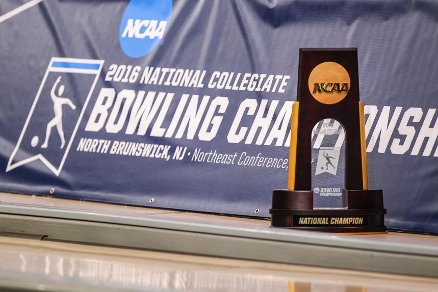 NCAAWBowl016-Champ- Sign-Trophy